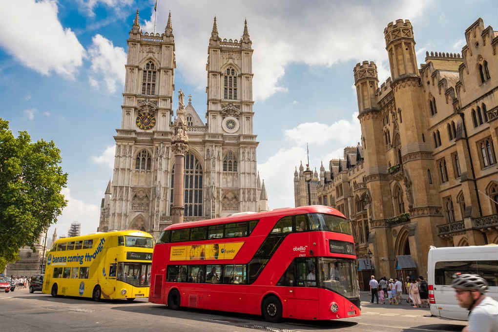 Bus in front of the Westminster Abbey